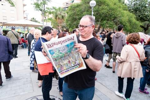 En Carlos Azagra gaudint de la publicació acabada d'imprimir